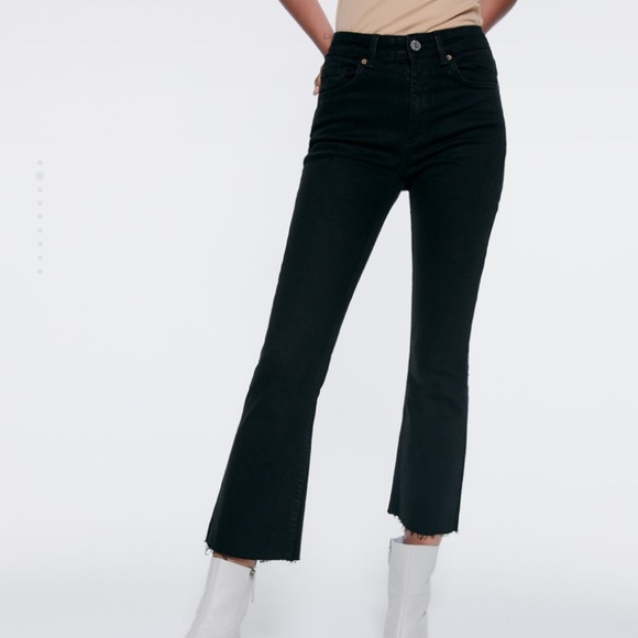 Zara Denim - Zara -Mid Rise Cropped Flared Jeans in Black!